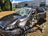 Auto knalt dwars door hek bij aanrijding in Etten-Leur