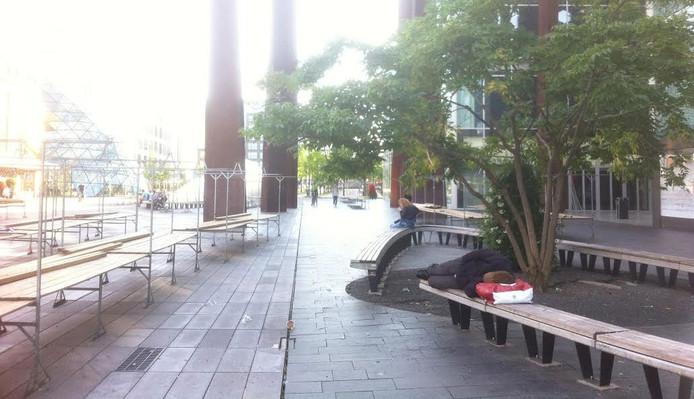 Maandagavond koos een dakloze het bankje voor de Bijenkorf op het 18 Septemberplein als slaapplaats.
