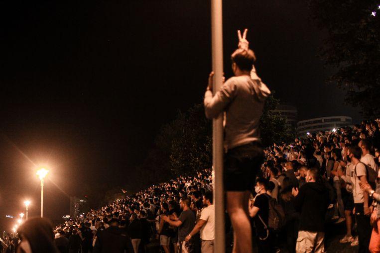 Zondagavond, meteen na de eerste prognose van de verkiezingsuitslag gaan mensen de straat op om te betogen.  Beeld Maxim S