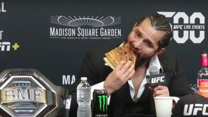 """MMA'er haalt met pizza en borrel in de hand uit naar Conor McGregor: """"Ik sla die dwerg tot moes"""""""