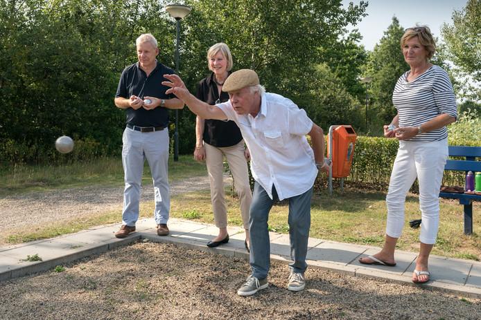 Dankzij een donateur kan de bijeenkomst voor bewoners van de vier woongebouwen aan het Heunpark in Vught, met jeu de boules en een lunch, op 15 augustus in ieder geval doorgaan. De gemeente heeft de aanvraag voor 500 euro subsidie niet gehonoreerd. Op de foto vlnr Jeroen de Jong, Miny Reefman, Wim van Erve en Marijk van Kempen.
