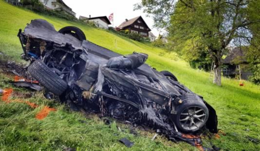 Foto's van de gecrashte sportwagen.