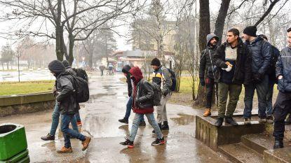Hongaarse politie vuurt waarschuwingsschoten af om migranten tegen te houden aan de grens