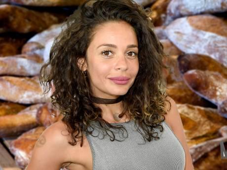 Zo ziet Roxeanne eruit zonder make-up, en Fajah snijdt stokbrood op sexy wijze