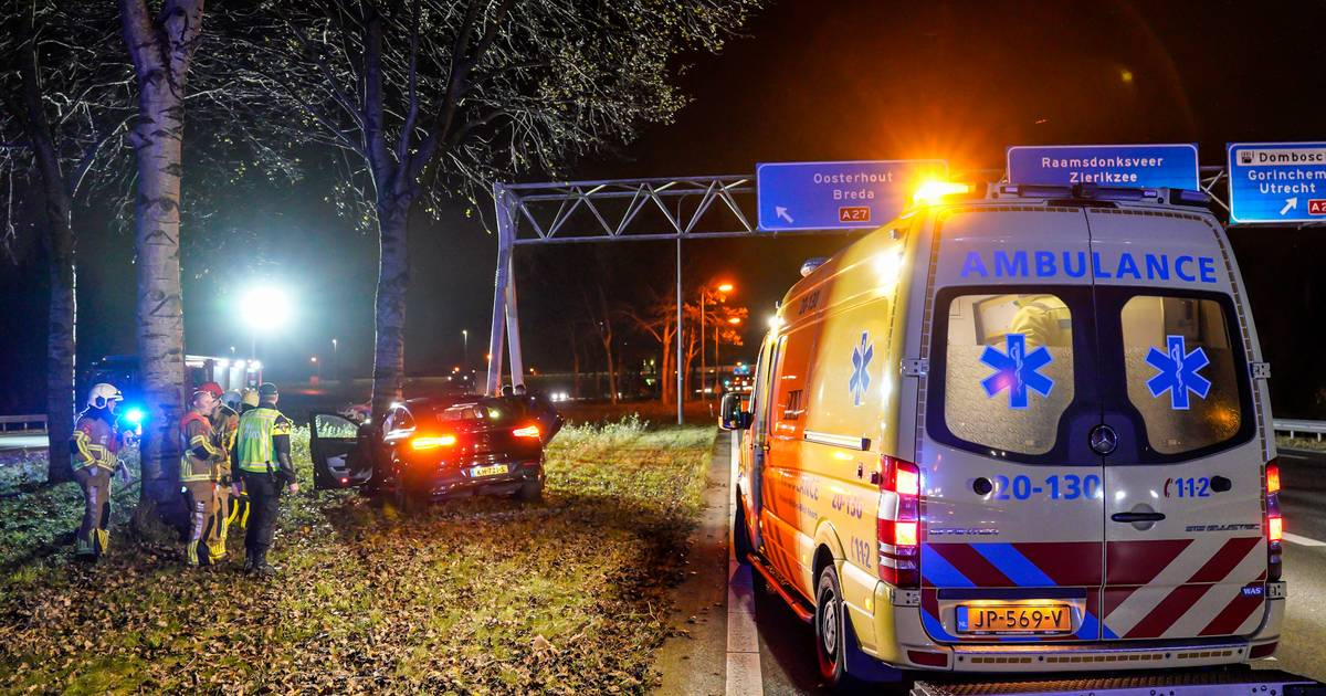 #Raamsdonk - Auto ramt boom op A59 bij knooppunt Hooipolder.