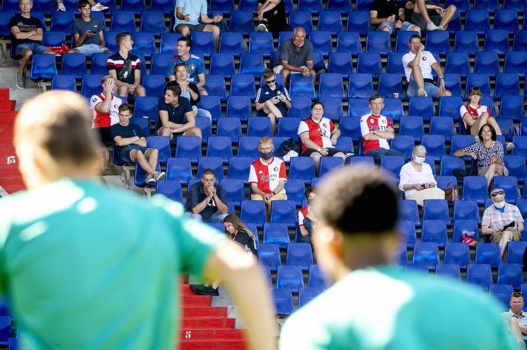 Supporters van Feyenoord tijdens de eerste training.  Beeld EPA