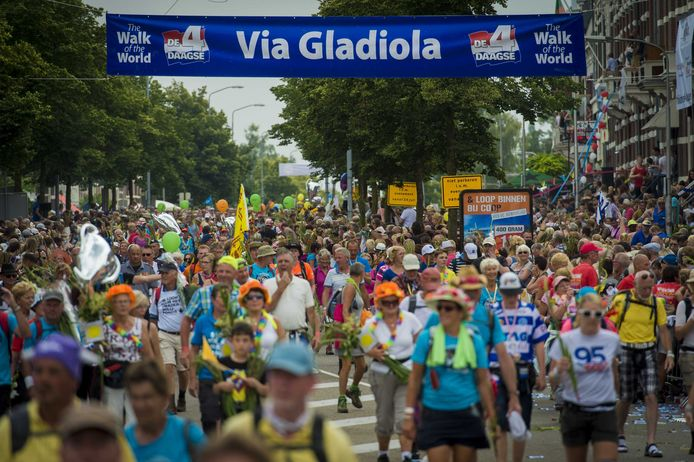 Een massa bij de intocht op de Via Gladiola.
