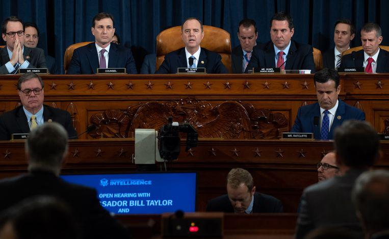 Voorzitter Adam Schiff tijdens zijn openingstoespraak. Beeld null