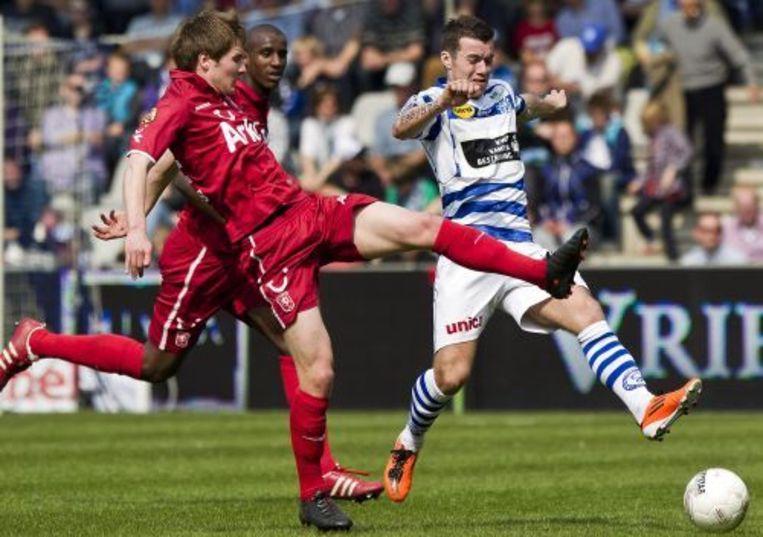 Hugo Bargas (R) van De Graafschap in duel met FC Twente-speler Thilo Leugers (L). ANP Beeld