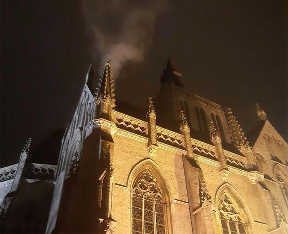 De rook aan de Sint-Janskerk bleek eigenlijk stoom, afkomstig van de verwarmingsinstallatie in de kerk.