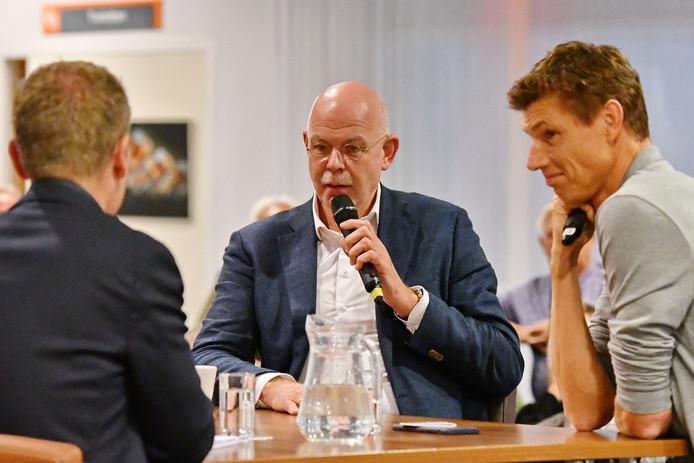 Presentator Maarten Tip (op de rug gezien), Toon Gerbrands en Bas van de Goor aan tafel bij het eerste Draisma Dynamo Sportcafé.