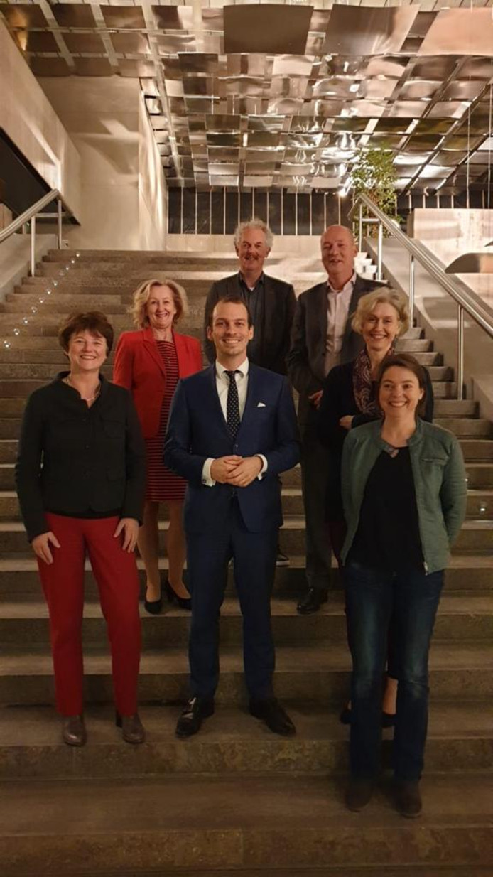 De Eindhovense wethouder Stijn Steenbakkers (midden) tussen de schoolbestuurders met wie hij een overeenkomst gesloten heeft over nieuwbouw.