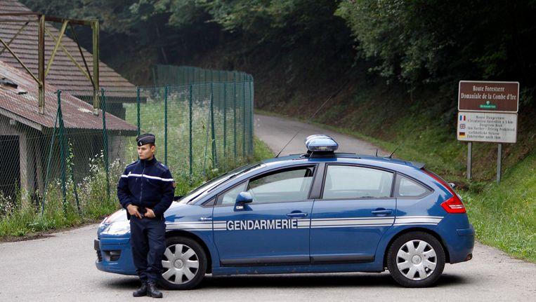 Politie vorig jaar bij het afgelegen en doodlopende weggetje bij het gehucht Chevaline. Beeld EPA