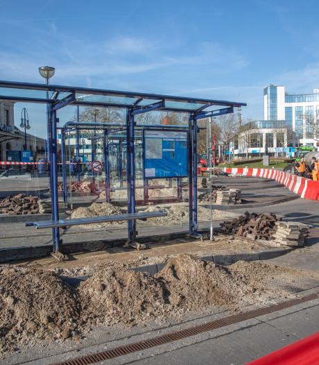 De bus is weg, dus het Zwolse Stationsplein wordt rap ontmanteld