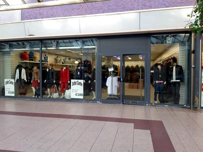 De outletwinkel in de Lange Zelke is vanmorgen helmaal leeggehaald in opdracht van het openbaar ministerie. Dat onderzoekt de winkelvoorraad op nep-merkkleding.