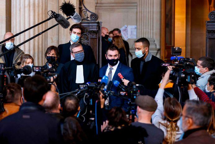 Amerikaan Alek Skarlatos (midden) staat de pers te woord bij de rechtbank in Parijs waar de zaak tegen Ayoub El-Khazzani plaatsvindt.