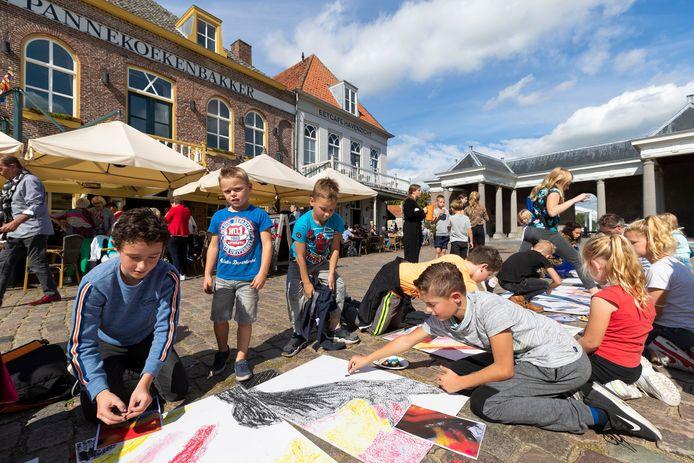 Het thema van Art Festival Heusden werd vorig jaar onthuld door kinderen van de Johannes Paulus School. Zij hadden een levensgroot portret van Rembrandt van Rijn gemaakt.