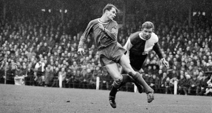 Hans Kraay sr. (rechts) als speler van Feyenoord in duel met Piet Giesen van PSV.