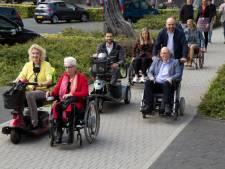 Burgemeester Melissant en wethouders van Gorinchem in rolstoel en scootmobiel de stad in