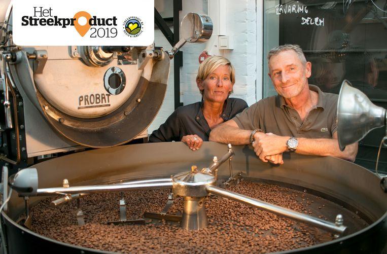Elisabeth Van Poeck en Eric Van Osselaer, intussen al de vijfde generatie van de familiezaak Van Poeck, bij hun artisanale koffiebranderij.