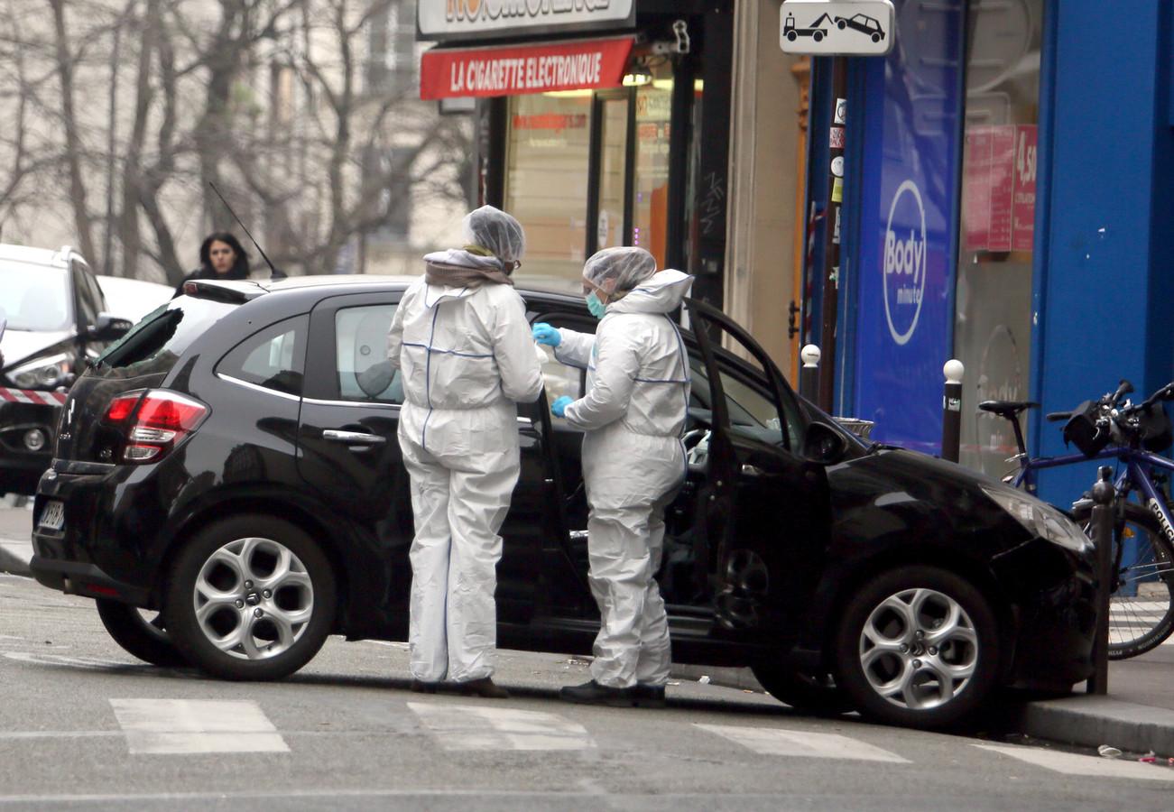 La voiture des assaillants inspectée par la police après avoir été abandonnée dans le 19e arrondissement à Paris.