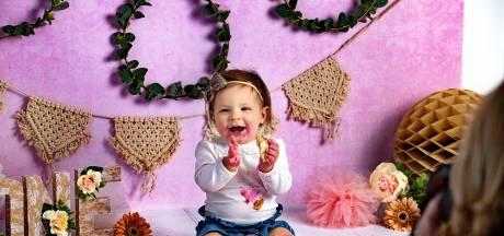 Fotograaf Miranda de Rijk laat baby's lachen naar het taartje