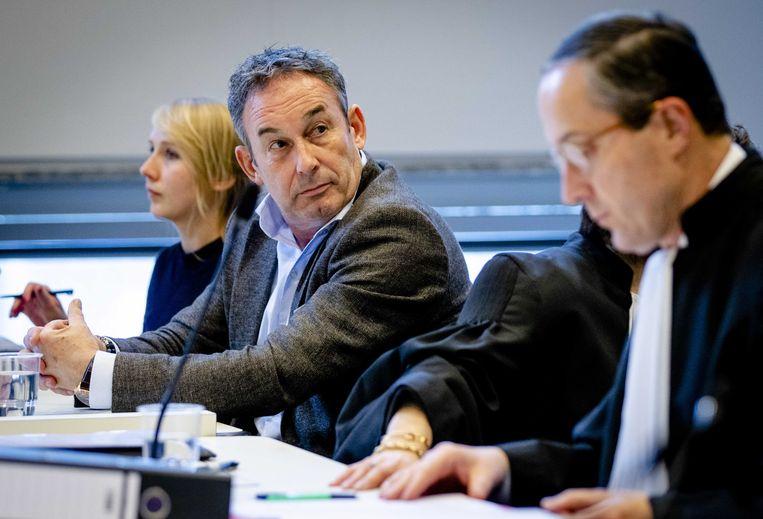 Frans van Laarhoven, Carry Knoops en Geert-Jan Knoops in de rechtbank van Den Haag tijdens het kort geding van vorige week vrijdag. Beeld ANP