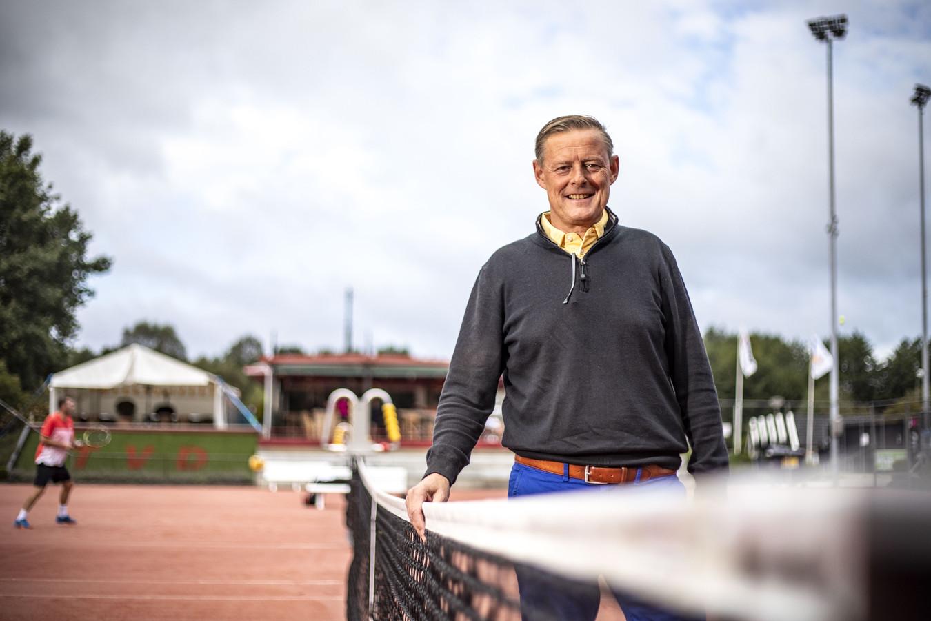 Victor Markink aan het net op zijn toekomstige werkplek: de banen van Tennisvereniging Denekamp.