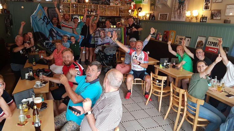 Bar Gidon viert een bescheiden feestje nadat Remco Europees kampioen tijdrijden werd.