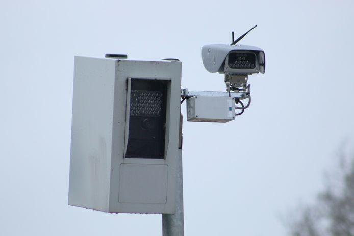 Deze flitspaal in Putten is uitgerust met een ANPR-camera, waarmee nu ook kentekens kunnen worden gecheckt.