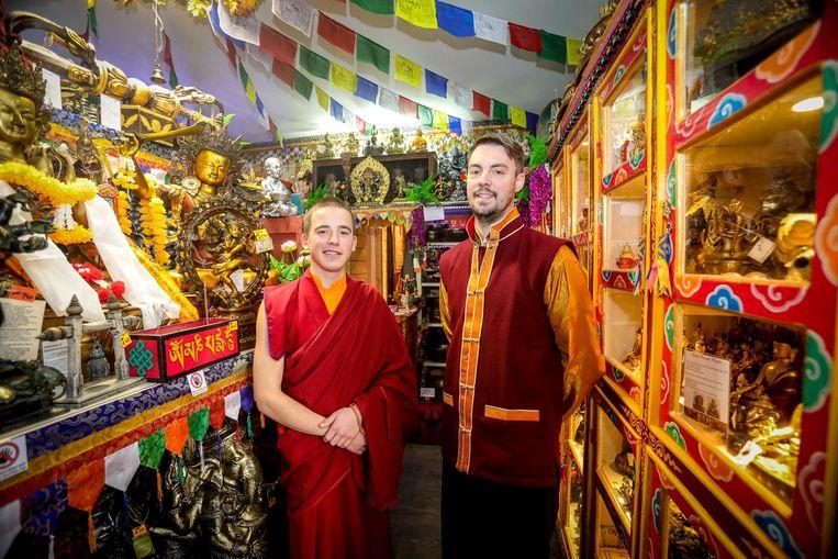 Monnik Giel kwam op bezoek in 'Little Tibet', de winkel van Filip Vandelanotte.