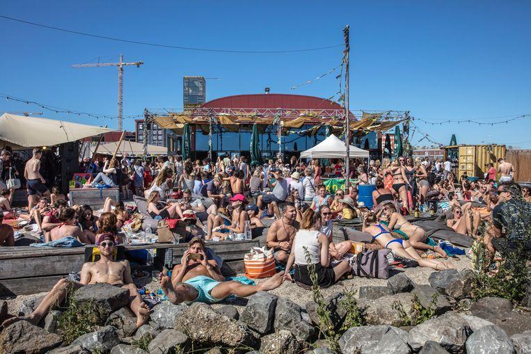 Op een zomerdag trekt Pllek zo'n vijfduizend bezoekers. Beeld Hollandse Hoogte / Frans Lemmens