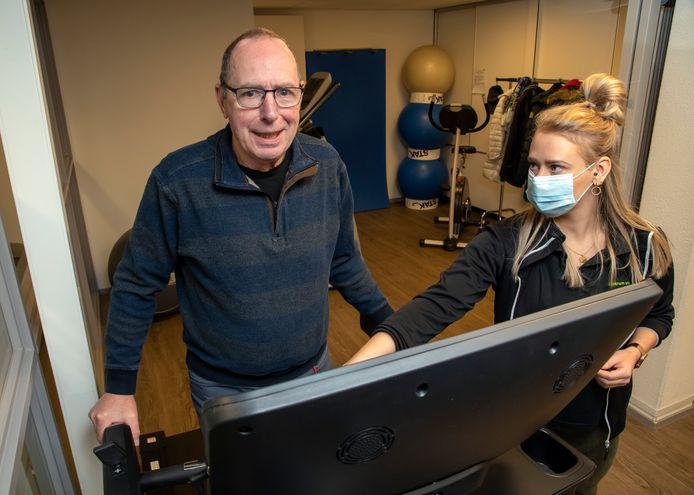 Parkinsonpatiënt Laurens Schulman wordt door parkinsontherapeut Sanne Hooning begeleid.