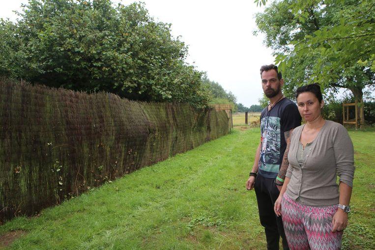 Joery Naulaerts en Kristel Van Roelen bij het punt van discussie: de erfdienstbaarheidsweg die naast hun huis loopt.