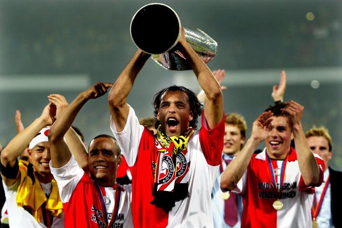 Pierre van Hooydonk tilt de UEFA-Cup op voor de Feyenoord-supporters in 2002.