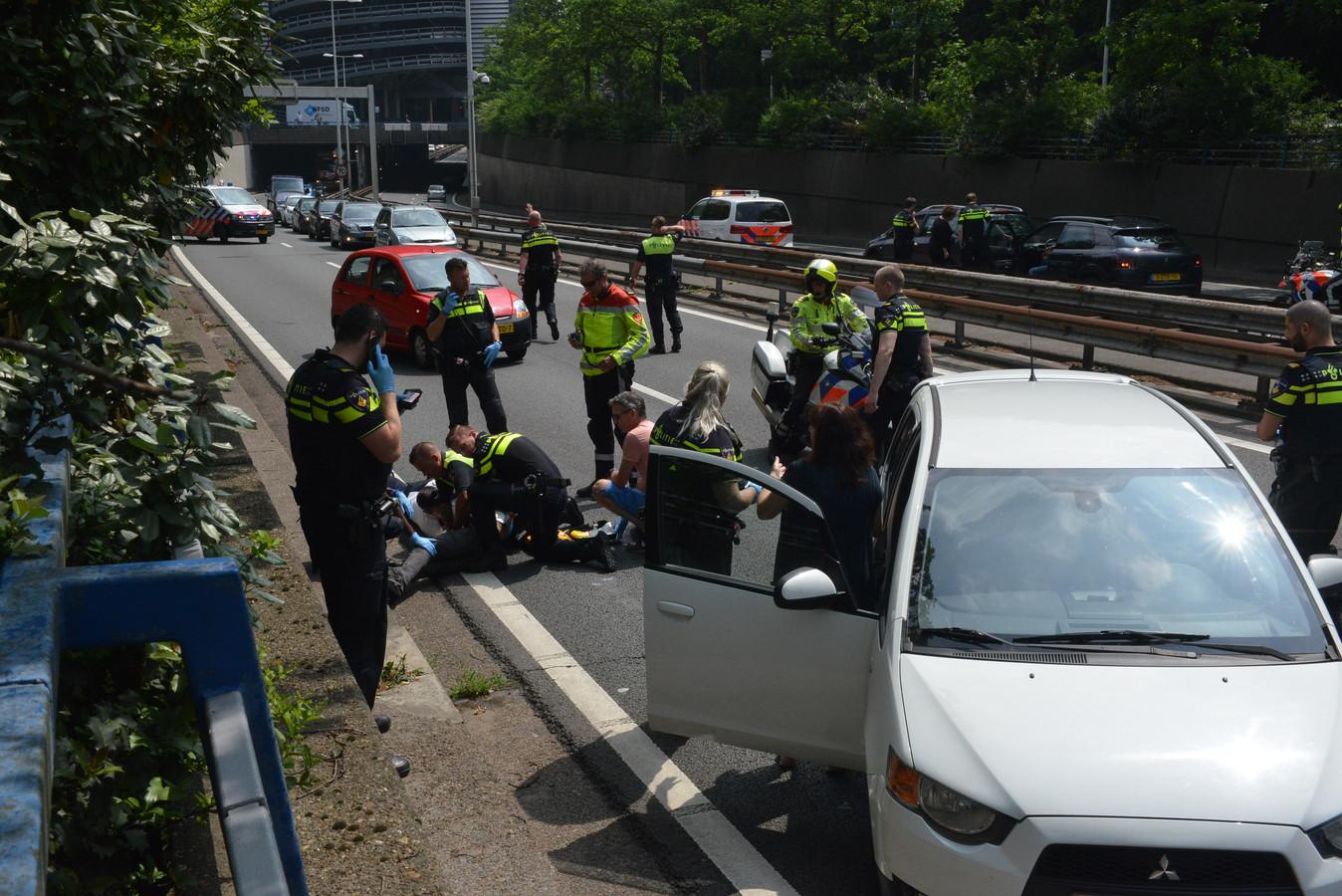 Politie op de A12 voor het ernstige ongeluk. Aan de andere kant staan ook agenten, het lijkt erop dat daar twee auto's op elkaar zijn gebotst.