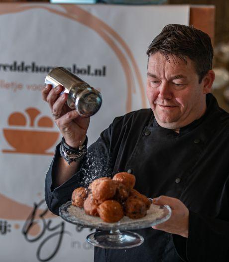 Restaurant in Emmeloord bakt oliebollen voor geplaagde horeca: 'De sector zit in nood'