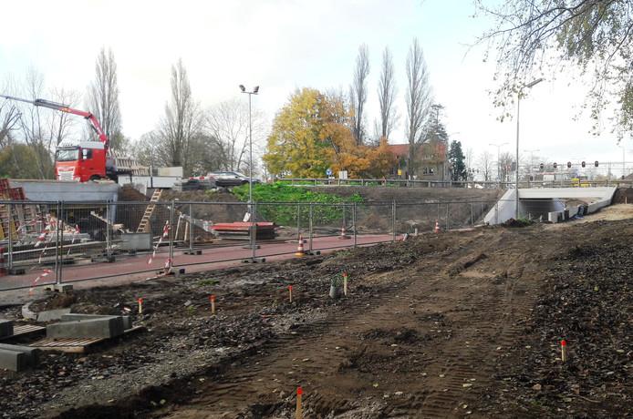 Rechts de nieuwe fietstunnel onder de eveneens nieuwe rotonde in de Deutersestraat. Links de andere fietstunnel in aanbouw.