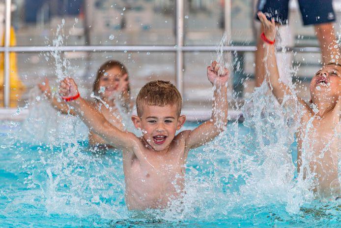 De zwemlessen mogen weer beginnen bij zwembad De Schelp. En daar zijn deze kids waar wat blij om!