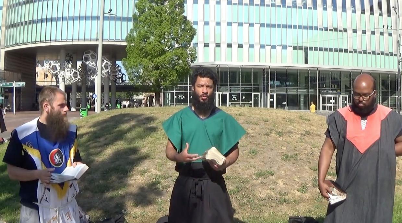 Videobeeld uit een opname van de Afrikaanse Hebreeërs bij het kantoor van Vattenfall en station Bijlmer Arena.  Beeld -