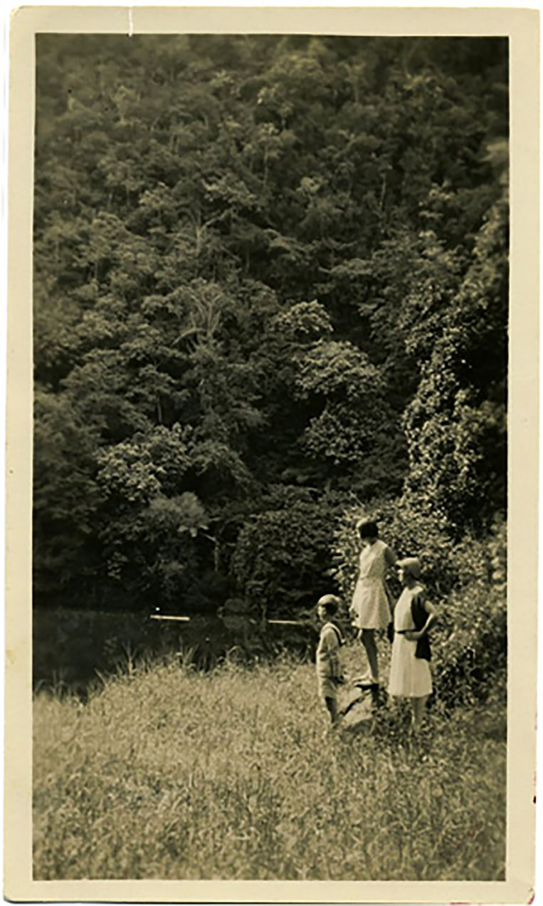 Wim, Hella en hun moeder bij het meertje Telaga Warna. Beeld Collectie Hella S. Haasse