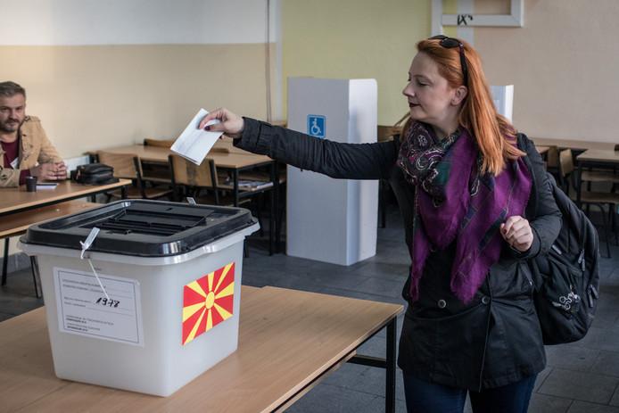 Een Macedonische vrouw stemt als een van de eerste in de noordelijke stad Tetovo.