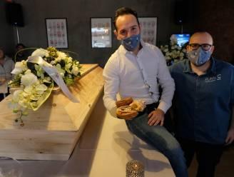 """Koffiebar rouwt samen met klanten om verplichte sluiting tijdens 'koffietafel': """"Dit treft niet alleen horecazaken, ook sociaal weefsel"""""""