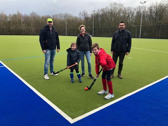 Bestuur en spelers - zowel jong als oud - staan te popelen om het nieuwe hockeyterrein in gebruik te nemen.