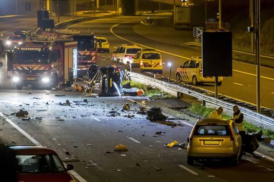 De snelweg werd in beide richtingen afgesloten, omdat brokstukken ook op de andere weghelft terechtkwamen.