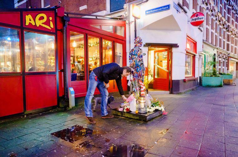 Rouwende Rotterdammers legden donderdag bloemen bij het standbeeld van Jules Deelder voor cafe Ari aan de Nieuwe Binnenweg.  Beeld null