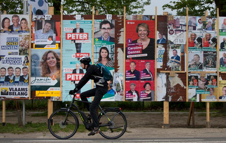 Er valt veel te kiezen in België, dus de borden met propaganda hangen vol met kandidaten voor allerlei functies. Beeld AP