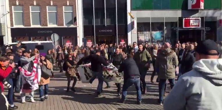 Demonstranten met elkaar op de vuist op het Utrechtse Vredenburg. Beeld