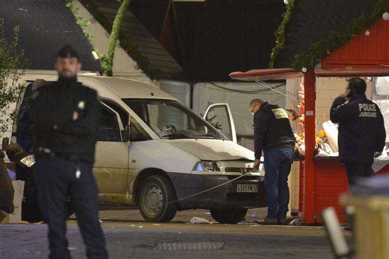 De politie inspecteert de auto die inreed op de kerstmarkt. Beeld afp