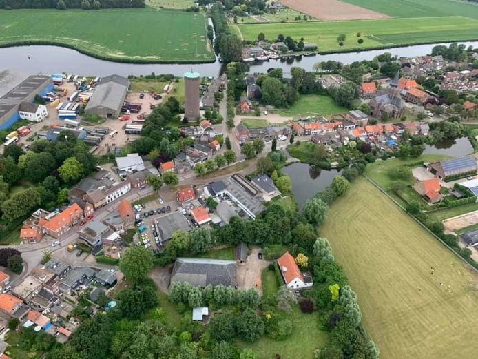 Luchtfoto Stampersgat met in het midden Brugstraat. Links de watertoren, rechts de weide van Bus.